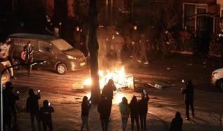 Rellen in Haarlem-Schalkwijk: auto in brand, veel vuurwerk, politie sluit wijk af en zet ME in [video]