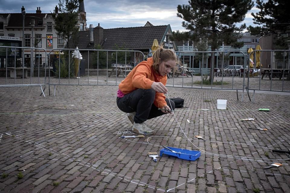 Rianne te Kaat zet de lijnen uit voor haar kunstwerk.