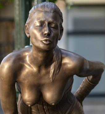 Standbeeld voor meisje van plezier voor de ingang van de Achterdam in Alkmaar: komen de blote borsten door de gemeentelijke keuring?