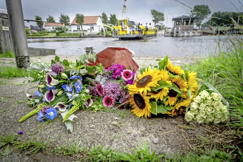 Bloemen vlakbij de plek waar waar de 24-jarige man maandagavond in het water werd gevonden.