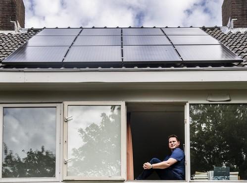 Energiecoaches geven Velsenaren hulp bij radiatorfolie en isolatie: allemaal voor het verduurzamen van hun woning