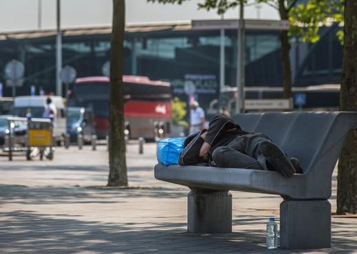 Pool werkt overdag in de kas, 's nachts slaapt hij op Schiphol: 'Dit is mensenhandel'