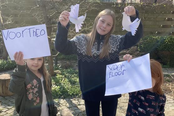Musicus Wouter Hakhoff eert Theo Viset en zorgpersoneel met geknipte witte duif