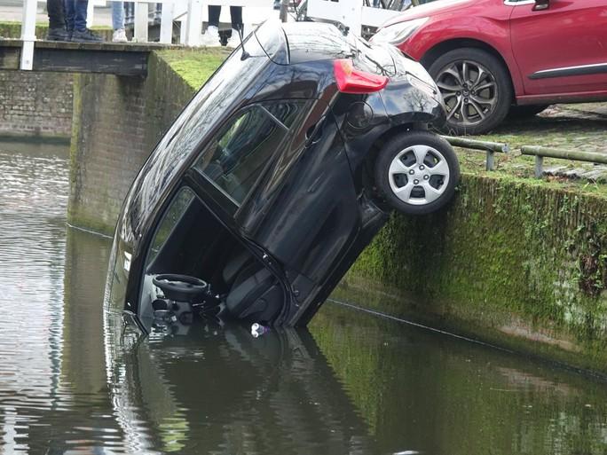 Automobilist probeert weg te rijden vanaf parkeerplaats maar rijdt water in in Hoorn