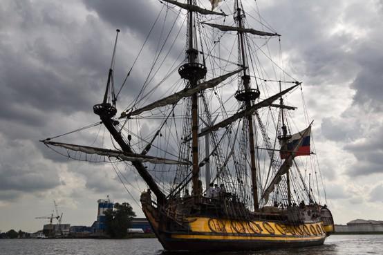 Russisch fregat Shtandart welkom in Zaandam, maar voor een historische scheepswerf ziet het er somber uit