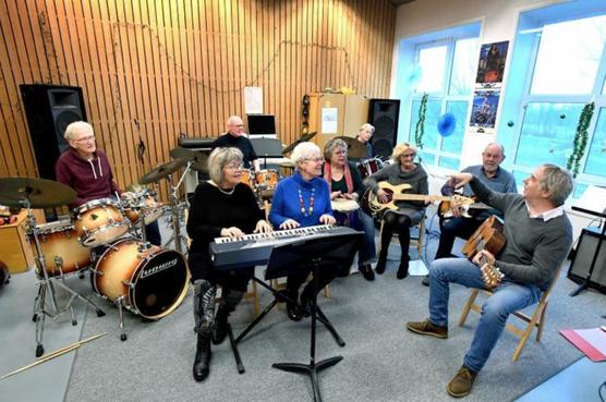 Opa's en oma's maken de blits in seniorenbands Den Helder. De animo is groot: 5 bands in 1 jaar tijd en er mag er gerust nog eentje bij [video]