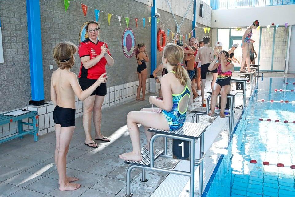De voormalig trainster van Sharon van Rouwendaal, Annuska Boekema-Van Drie, geeft les aan de huidige generatie jeugdzwemmers bij De Duinkikkers.