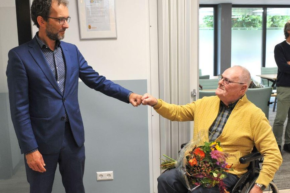 Jaap Dral is blij met de vernoeming. Wethouder Bonenkamp bedankt hem voor zijn inzet.