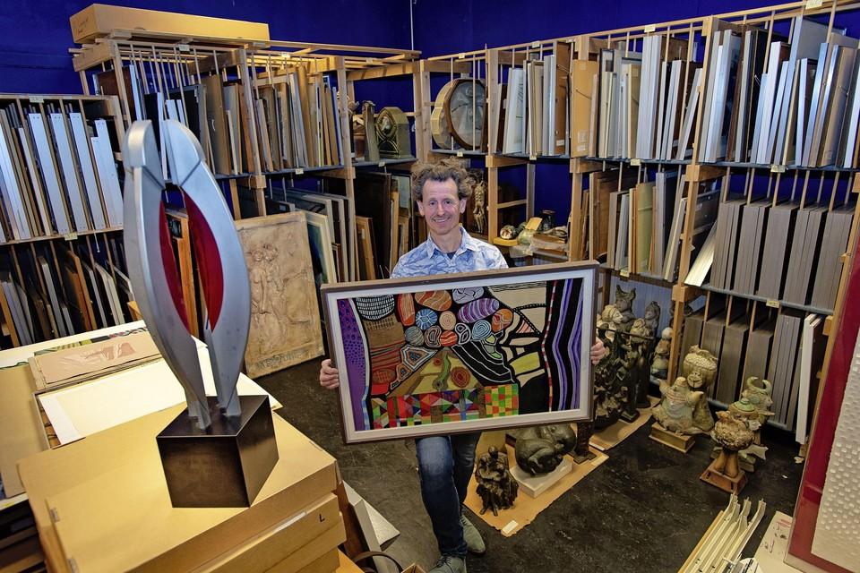 Frank van der Ploeg met een werk van Jaap Stellaart in zijn handen.