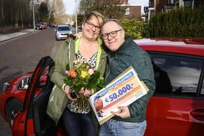 Straatprijs Postcode Loterij valt in Velsen-Noord. 'Wij gaan feesten op Ibiza!'