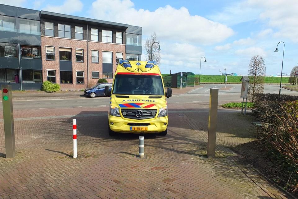 De ambulance kan het pleintje in Medemblik niet oprijden.