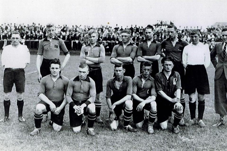 Het team van Volendam dat in 1935 landskampioen wordt. Staand derde van rechts: Fruk Tuijp.