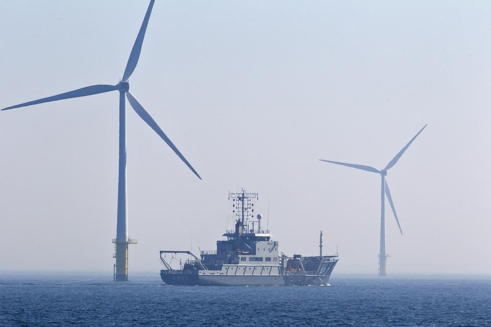 Het windmolenpark op zo'n 10 kilometer uit de kust van Egmond.