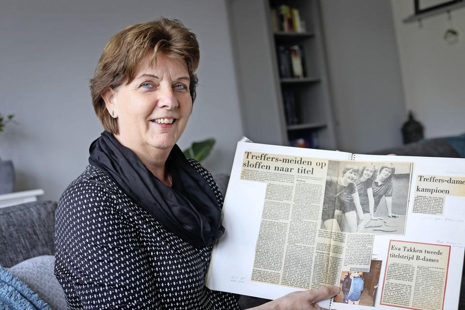 Eva Takken met een oud krantenartikel van haar toptijd bij Treffers.