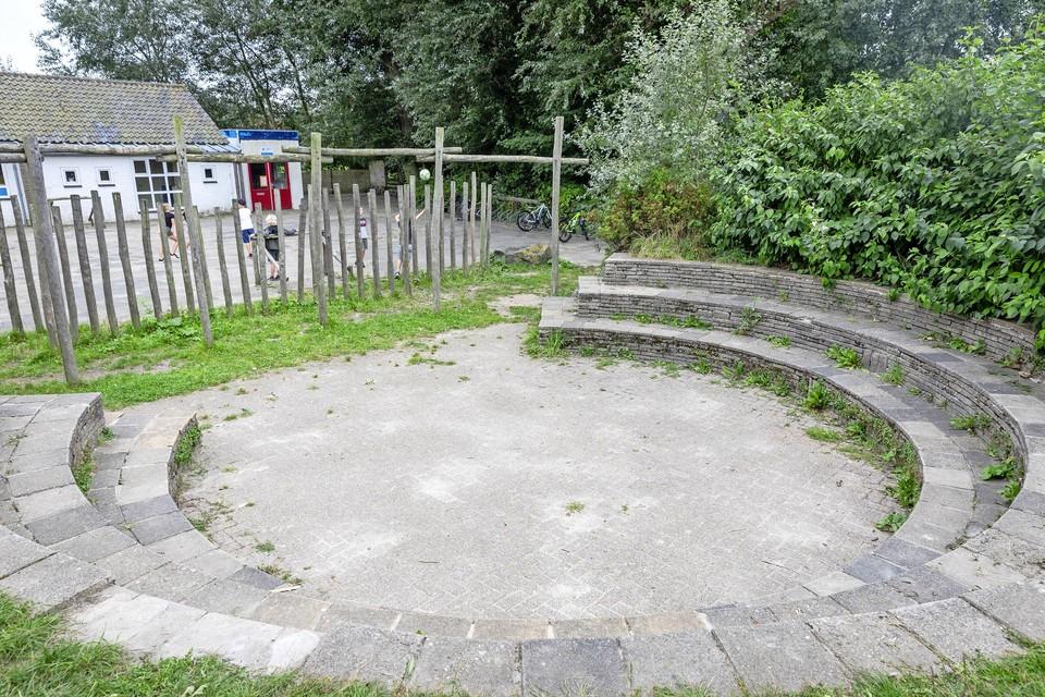 De speelplaats van de Thijsseschool in Den Burg waar een mes in beslag werd genomen.