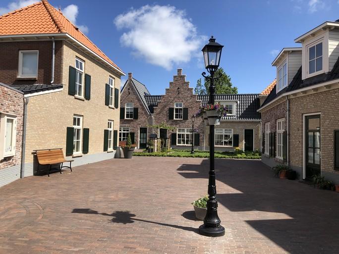 Hollands Kroon legt dwangsom op vanwege bouw Polder Hofje. Onderneemster vecht claim aan bij rechter. Conflict met buurman