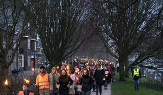 'Het angstvirus overheerst op dit moment'. 200 deelnemers bij fakkeloptocht door Alkmaarse binnenstad tegen de coronamaatregelen. 'Ik wil niet worden weggezet als wappie'