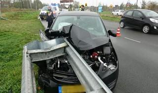 Automobiliste gewond bij flinke klap tegen vangrail in Purmerend