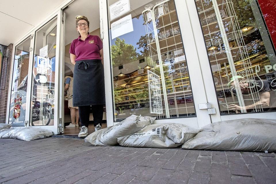 Lida van der Vlies in de deuropening van de bakkerij.