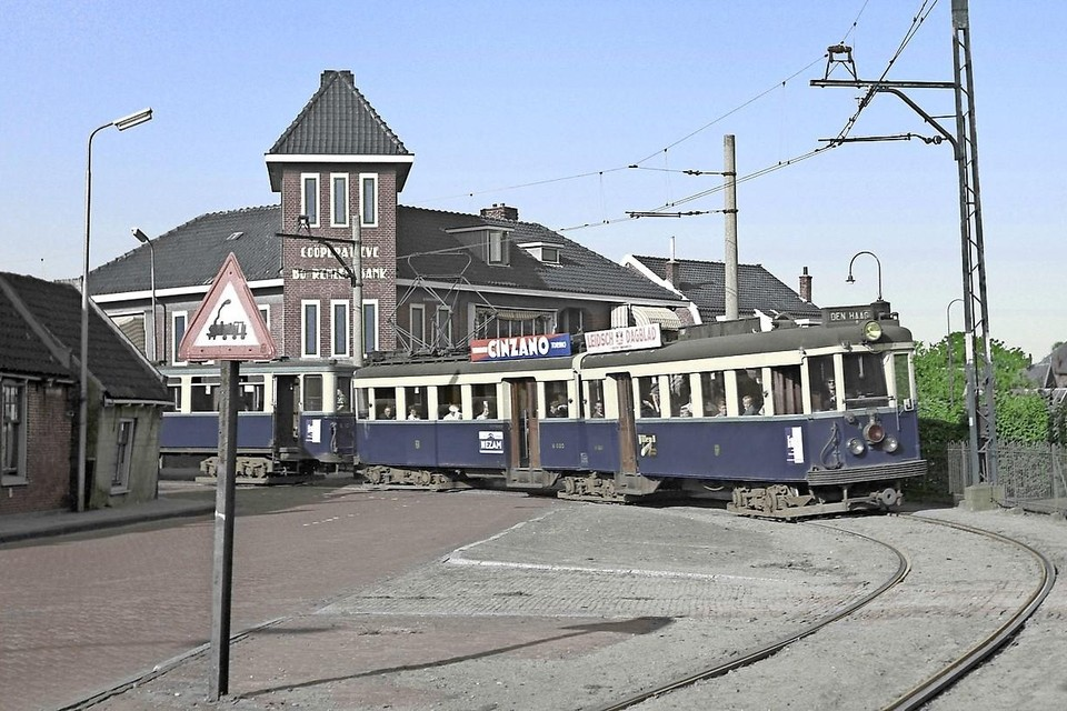 De Blauwe Tram vanuit de Brouwerstraat in Rijnsburg de Oegstgeesterweg op.