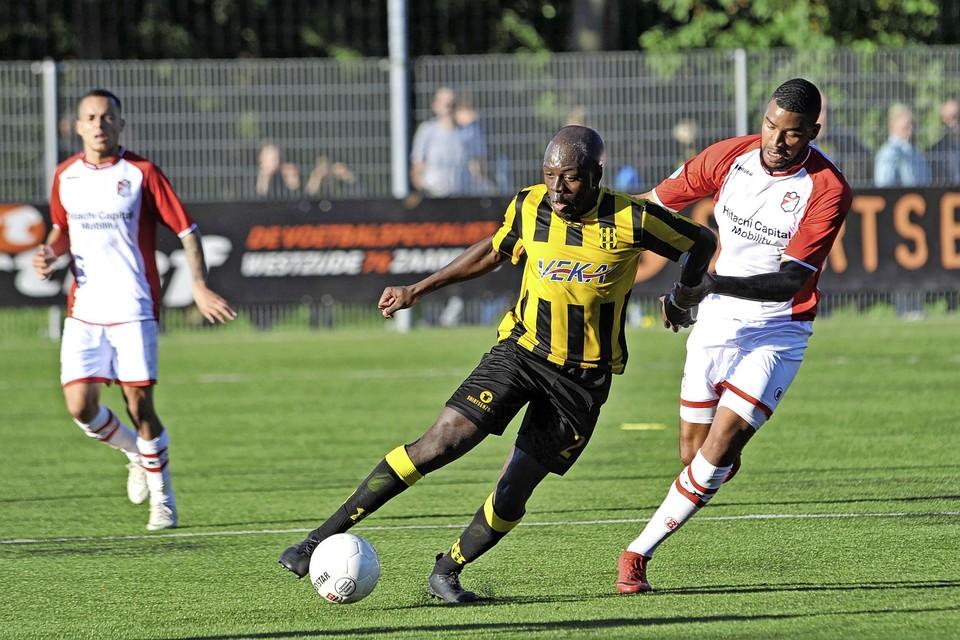 Henry Opoku voor OFC aan de bal tijdens de bekerwedstrijd tegen FC Emmen in seizoen 2018/2019. Hij is een van de vier nieuwkomers bij ADO'20.