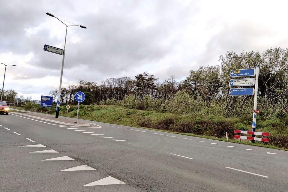 Het asfalt op de Binnenduinrandweg/Rijk de Waalweg is aan vervanging toe.