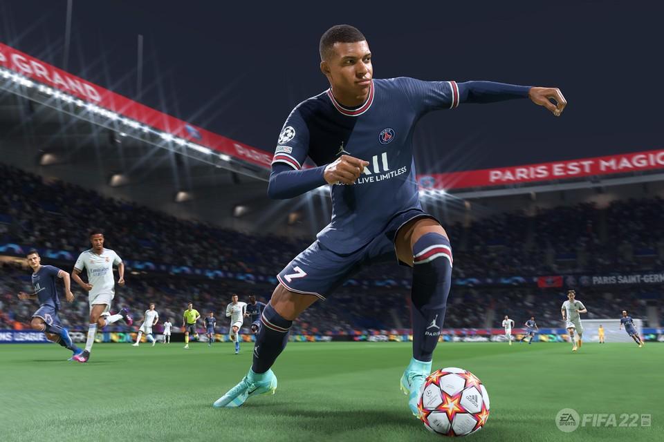 Een screenshot van een actie van Mbappe van PSG in FIFA 22.