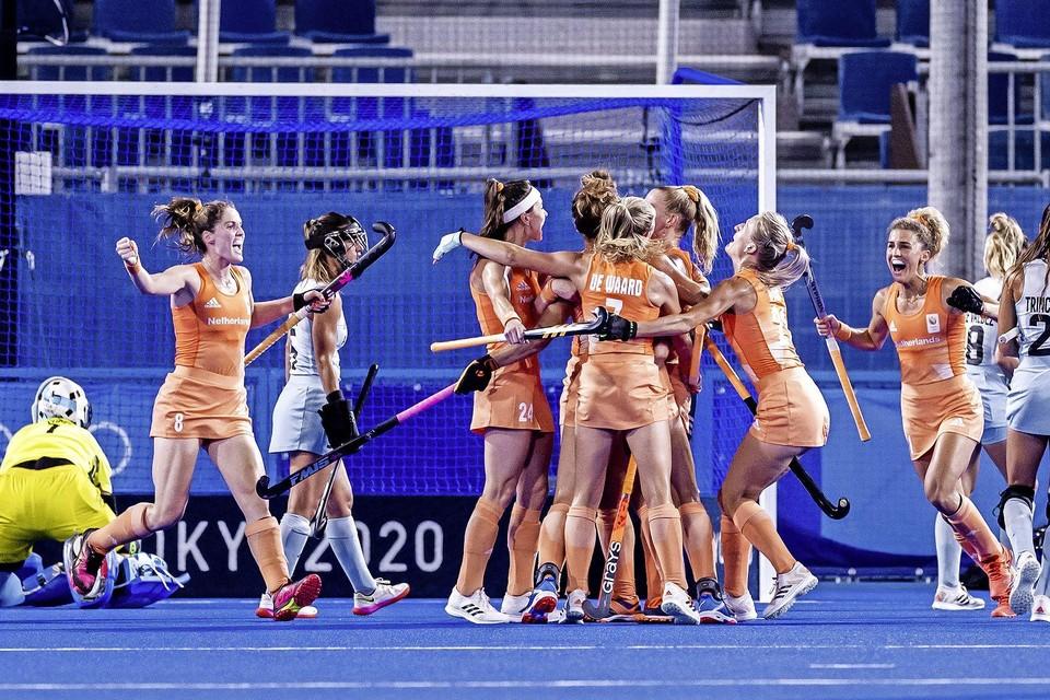 De Nederland hockeydames scoren de 1-0 tijdens de finale tegen Argentinië.