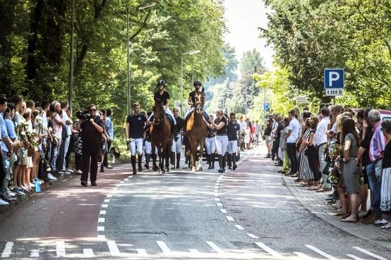 Heerhugowaardse Ilayda (15) door familie, paarden en leden manege naar laatste rustplaats begeleid