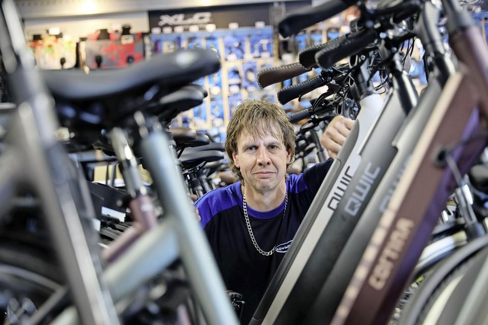"""Fietsenverkoper Marco van der Aarde levert nieuwe e-bikes aan gedupeerden van de diefstallen. ,,Maar ik word hier niet vrolijk van"""", zegt hij. """"Op deze manier wil ik niet rijk worden."""""""