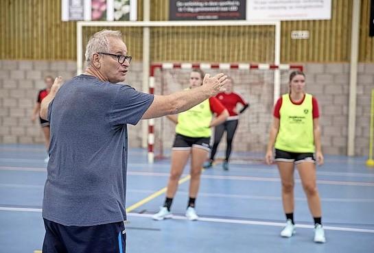 Trainer Ronald van de Kamp blijft bij handbalsters ZAP: 'Als ik ergens aan had getwijfeld zou ik het niet hebben gedaan.'