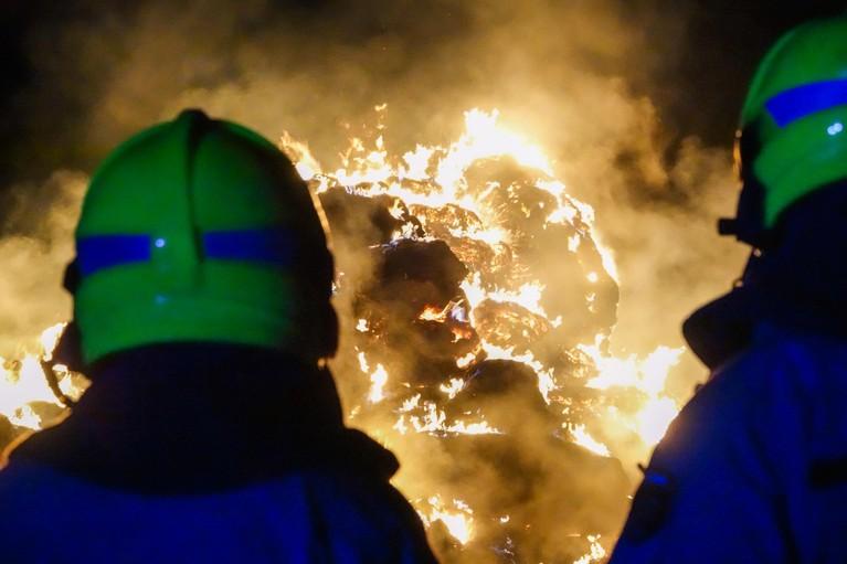 Hooistapel in brand langs N9 bij 't Zand [video]
