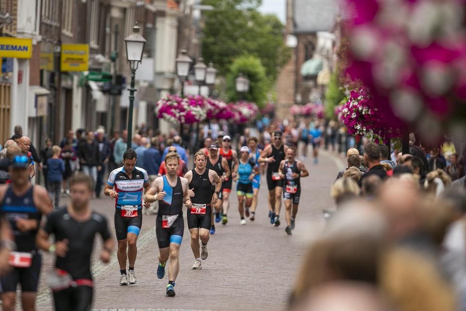 Deelnemers aan Ironman lopen in 2019 door een winkelstraat in hartje Hoorn. Dat gaat dit keer niet gebeuren.