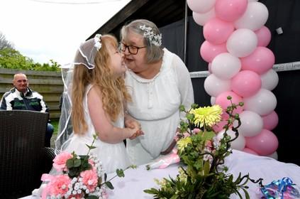 Elisa (7) trouwt met haar oma Hannie (66), omdat een 'feessie' veel leuker is dan treuren