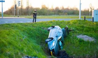 Auto belandt in greppel bij aanrijding in Nieuw-Vennep