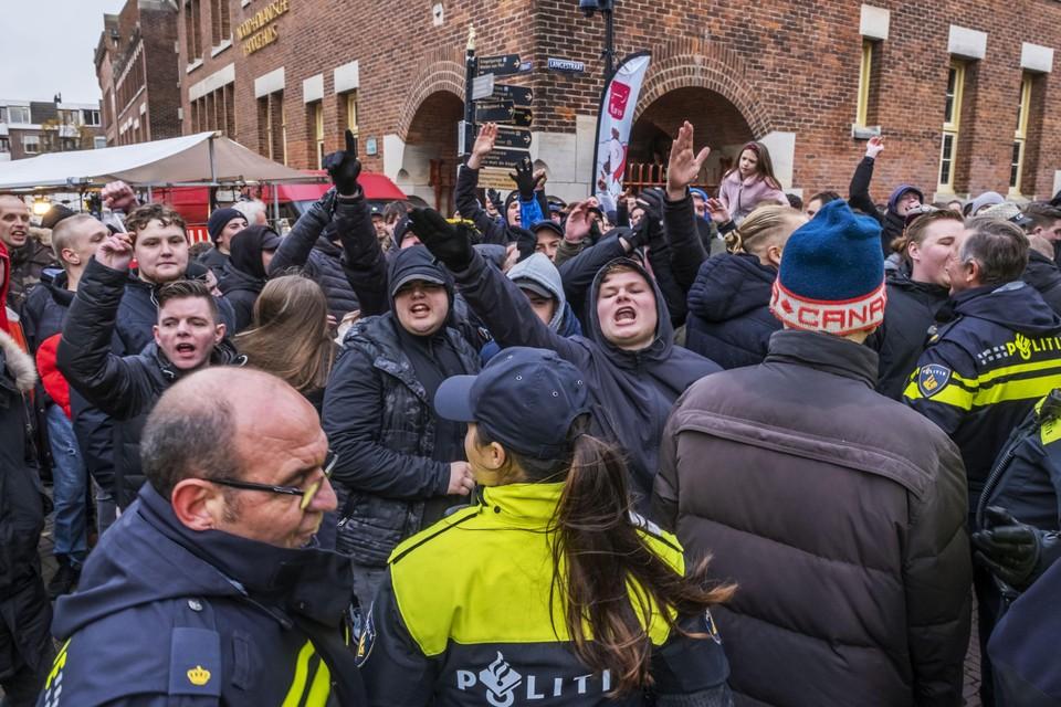 In 2019 was er een grimmige sfeer bij de Alkmaarse Sinterklaasintocht. Het protest van Kick Out Zwarte Piet leidde tot een tegenprotest zwart geklede voetbalsupporters.