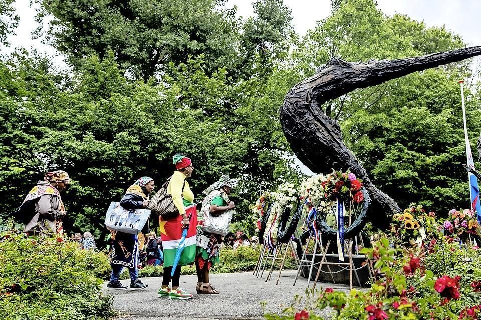 In het Oosterpark in Amsterdam werden kransen gelegd bij het Nationaal Monument Slavernijverleden.