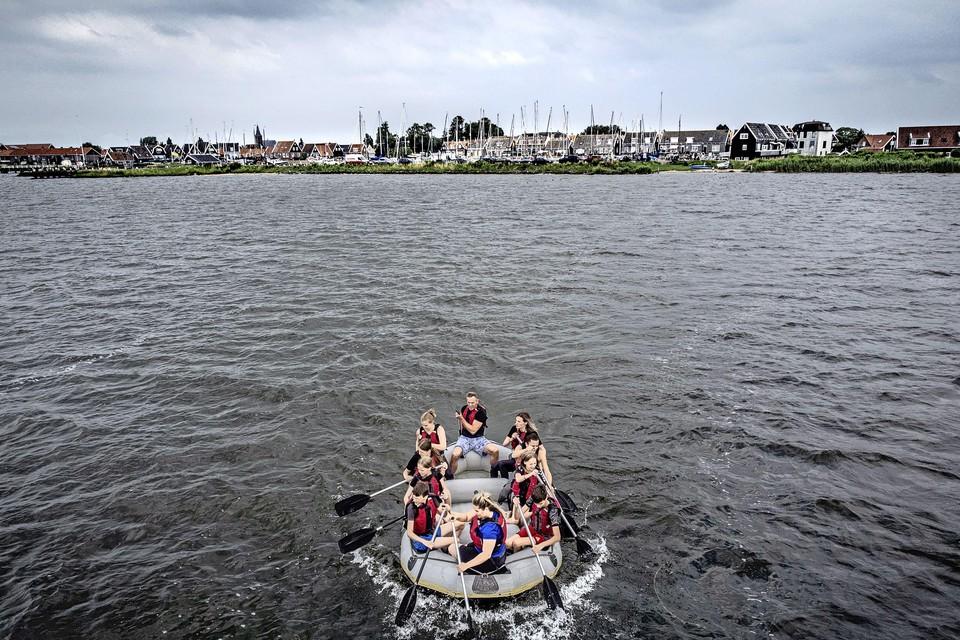 Raften vanaf Marken en weer terug. Dat is toch meer dan alleen maar sturen, ontdekken Sam en Koen (links en rechts voorin de boot).