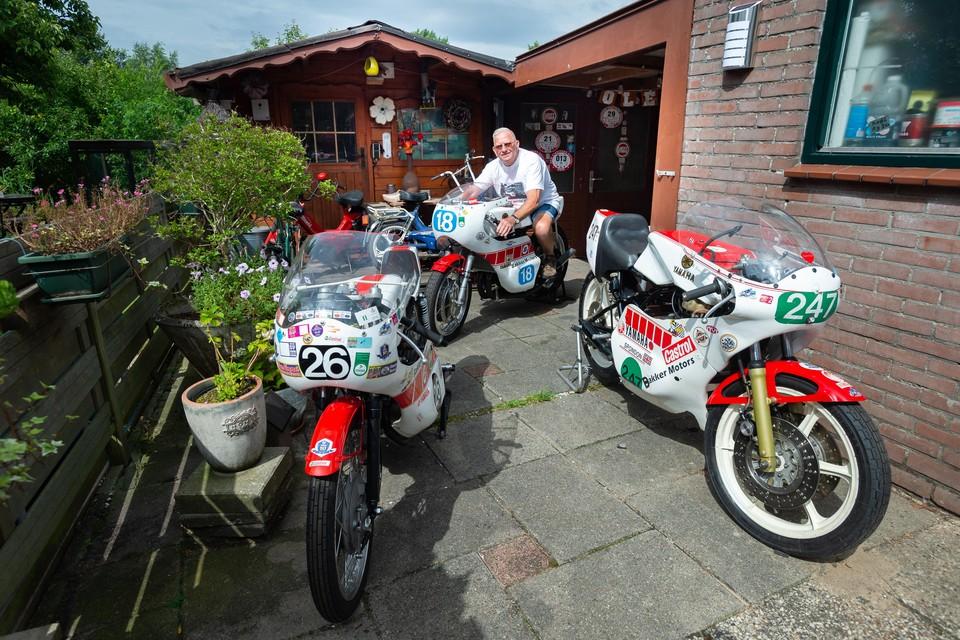 Motorcoureur Gerrit Butter, met zijn 79 jaar nog steeds een buikschuiver.
