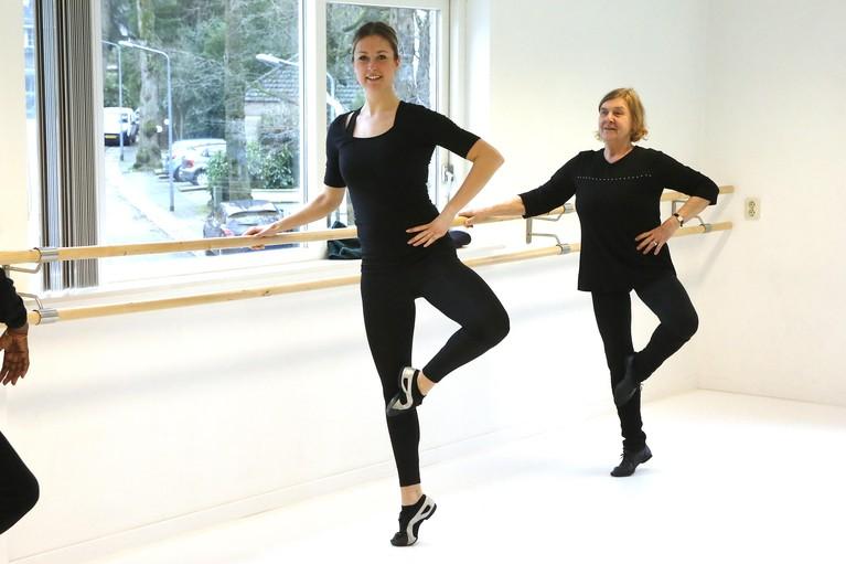Ouderen blij met balletles bij Dance on Point: 'Ze had ook kunnen denken: laat die ouwe taarten maar'