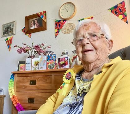 De driekleur gaat uit voor de honderdjarige Sientje Brouwers uit Den Oever, pardon Slootdorp