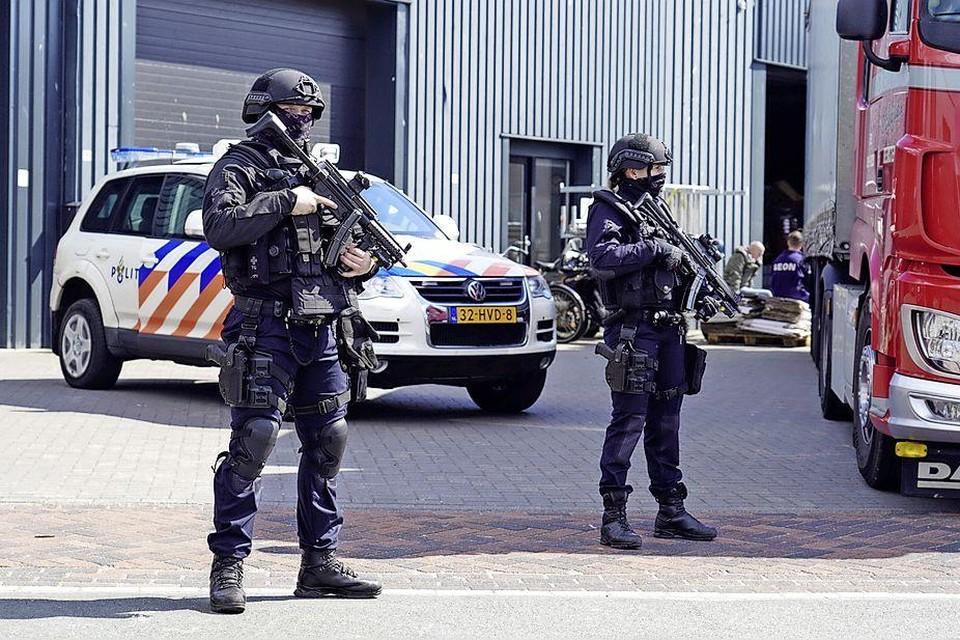Zwaarbewapende leden van de bewakingseenheid houden een oogje in het zeil.