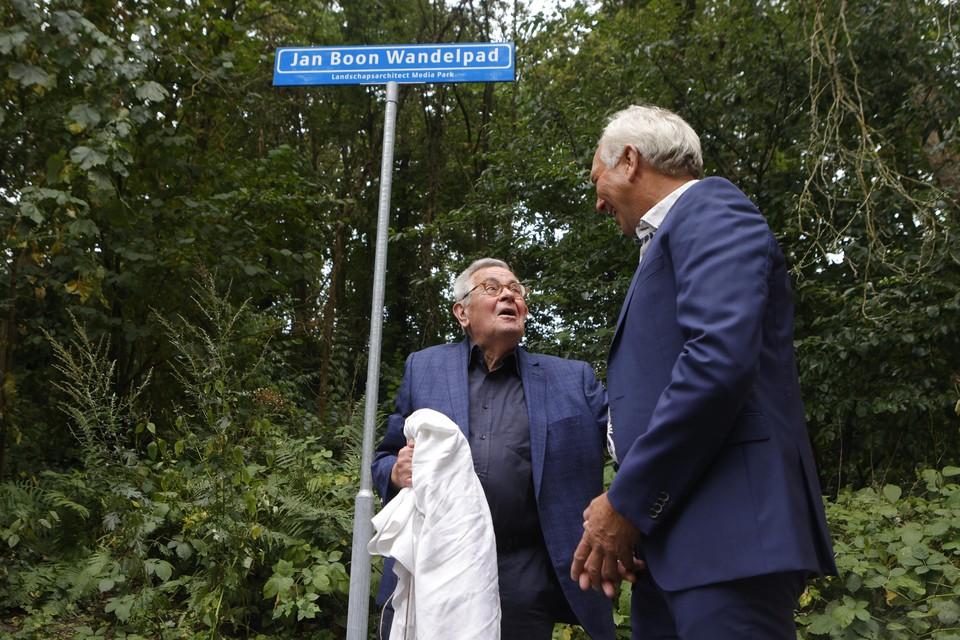 Jan Boon opent het wandelpad dat zijn naam draagt.