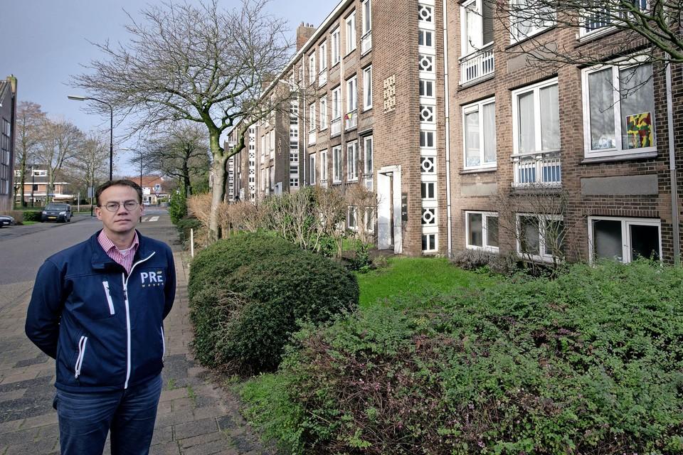 Directeur Vastgoed & Wonen van Pré Wonen Wout Kranen bij de te renoveren flats in de Indische Buurt.
