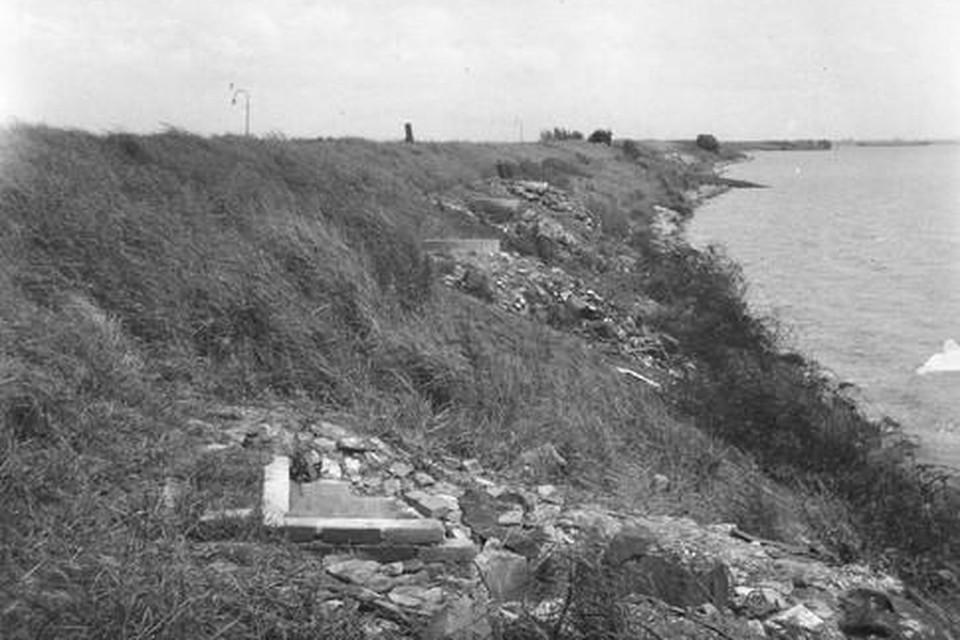 De putten voor springladingen in de Waterlandse Zeedijk.