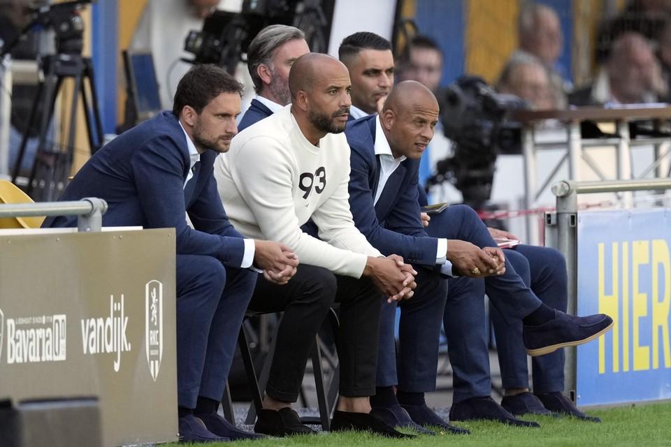 Pascal Jansen (midden) op de bank tijdens een wedstrijd, geflankeerd door zijn assistenten Robert Franssen en Kenneth Goudmijn.