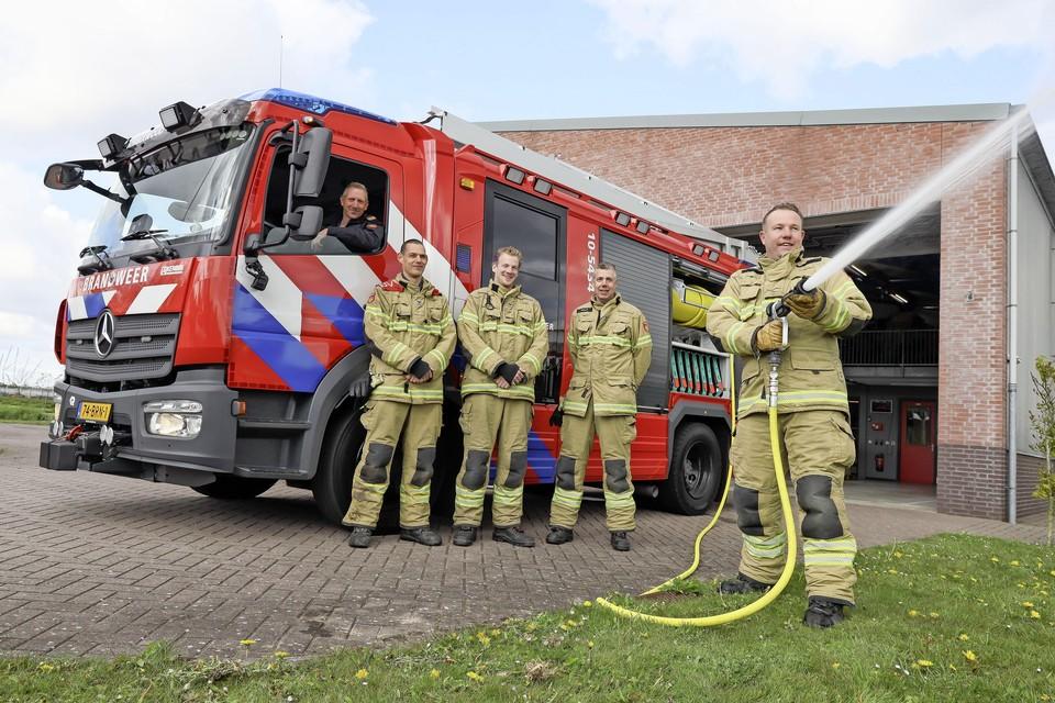 Co Commandeur, Joan Klaver, Rob Vlaar, Jacco Smit en Robbert-Jan Martin met de nieuwe bluswagen.