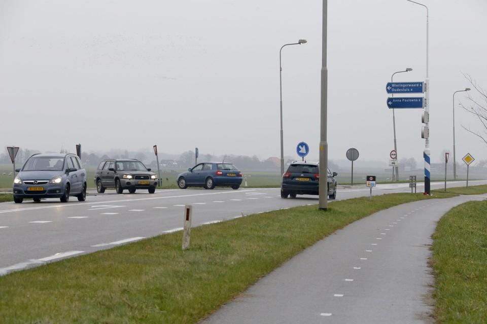 Automobilisten ter hoogte van het gevaarlijke oversteekpunt voor fietsers naar de Wadweg.