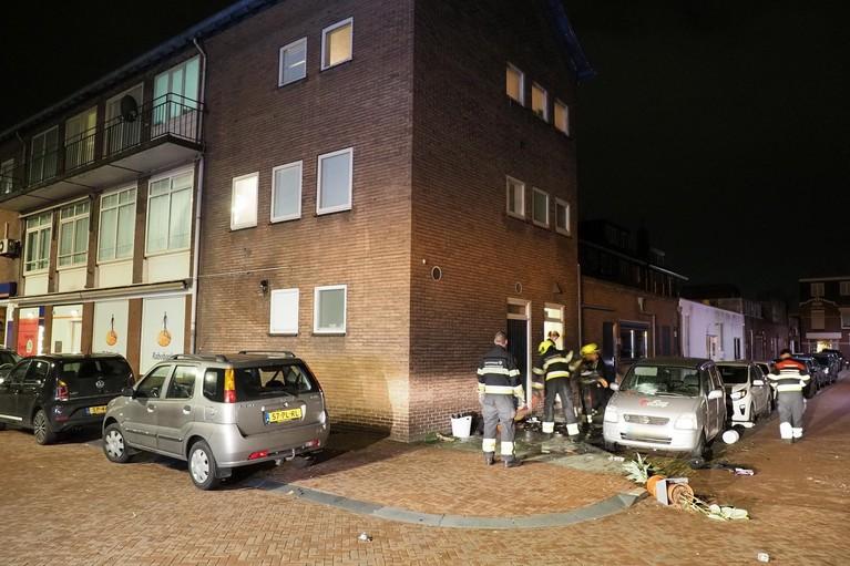Boze bewoonster gooit spullen naar beneden en steekt ze in brand aan Warmenhovenstraat in IJmuiden; geparkeerde auto raakt beschadigd