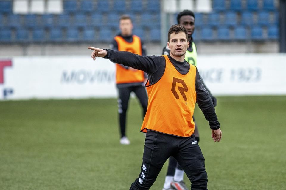 Tom Overtoom wijst zijn ploeggenoten de weg op de training.
